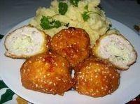 Kijevi csirkegolyó Meat Recipes, Chicken Recipes, Healthy Recipes, Good Food, Yummy Food, Hungarian Recipes, Recipes From Heaven, No Cook Meals, Street Food
