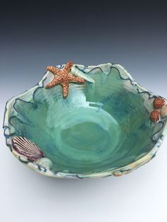beach house This beautiful opalesent seafoam blue green beach themed one of a kind seashell pottery bowl is the perfect piece to liven up your beach house or bring the shore home. Clay Art Projects, Ceramics Projects, Ceramic Clay, Ceramic Bowls, Pottery Bowls, Ceramic Pottery, Metal Design, Beach Gifts, Hand Molding