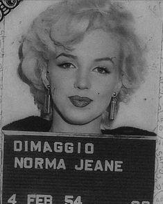 Marilyn Monroe Diamonds, Marilyn Monroe Photos, Marilyn Quotes, Monroe Quotes, Women Laughing, Vintage Classics, Movie Facts, Sad Life, Norma Jeane