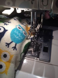 Making a Microwave Heat Bag: Perfect for aching joints or warmth on a cold day, and really easy to make! Diy Heating Pad, Rice Heating Pads, Microwave Heat Bag, Rice Bags, Holiday Crochet, Top Stitching, Diy Gifts, Diy And Crafts, Projects To Try