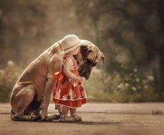 Маленькая хозяйка большой собаки. Фото: Andy Seliverstoff.