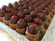 Sarah Bernhardt kager - skønneste, små kager med makroner, chokolade-fløde creme og sprød chokoladeovertræk. Få opskriften lige her...