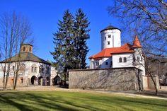 Budatínsky zámok je historickou a architektonickou pamiatkou mesta Žilina. Bol postavený v II.polovici 13. stororčia. V minulosti... Czech Republic, Hungary, Mansions, House Styles, Castles, Group, Home Decor, Decoration Home, Manor Houses