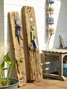 Ob Garderobe oder Aufbewahrung für Gartenutensilien: die alten Holzplanken mit Haken machen richtig was her!
