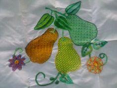 Rama con hojas y peras. Bordado fantasía mexicano.