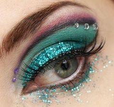 Gitter verdi sugli occhi per rifinire il maquillage