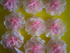 """""""Creaciones Aurallen"""" - Variedad de encintados y souvenirs en porcelana fría. - Bautizo Baby Shower Pin, Cold Porcelain, Baby Shower Crafts, Christening, The Creation, Wedding, Souvenirs, Houses"""