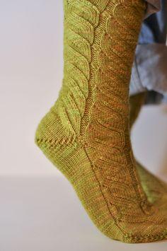 Rainbow Project : Des vertes et des pas mûres   Socks, Green, Crochet, Knitting Socks, Sheep, Breien, Crochet Crop Top, Sock, Stockings