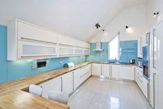 wandfarbe hellblau weiße küche holz arbeitsplatte dachschräge