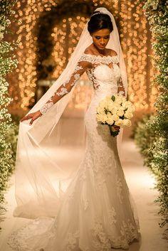 Vestido de noiva clássico de renda com decote ombro a ombro e manga longa
