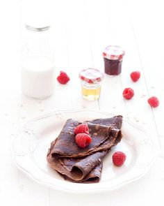 These eggless, butterless chocolate oat crepes are healthier than the classic recipe. Each crepe has only 112 calories!
