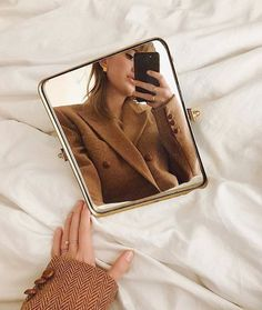 Discover recipes, home ideas, style inspiration and other ideas to try. Mirror Photography, Photography Poses, Fashion Photography, Creative Photography, Beige Aesthetic, Aesthetic Photo, Poses Photo, Creation Photo, Selfie Poses