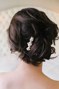 Love this romantic hair but more so the elegant pearl pin