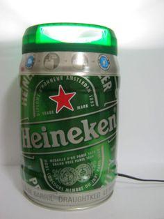 Luminária produzida com barril de 5l da marca Heineken, cerveja apreciada em mais de 170 países. É um objeto de decoração feito de material reciclado que pode se tornar um ótimo presente para os admiradores da bebida. Ideal para criado-mudo, estante e escrivaninha. Combina também com ambientes comerciais como lojas, bares e restaurantes. Acompanha: - Bocal e lâmpada - Interruptor - Fio de 1m - Temos com 110V ou 220V, nos informe durante a compra ♣ garagemmaluca@gmail.com R$79,99