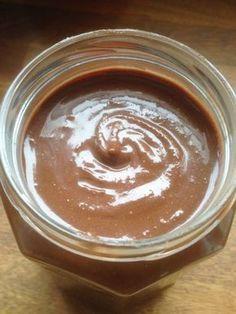 Nutella maison, meilleur que le vrai, sain et équilibré et sans huile de palme, fabriqué uniquement avec des produits bruts et bio.