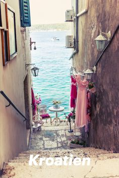 Eine der authentischsten und vielseitigsten Destinationen dieses Reisesommers ist Kroatien. Sehenswürdigkeiten, die überraschen, naturbelassene Strände, verwunschene kleine Fischerdörfchen und abgelegene Inseln – dieses Land hat so einiges zu bieten. Europe Destinations, Holiday Destinations, Travel Europe, Places To Travel, Places To See, Wonderful Places, Beautiful Places, Beautiful Pictures, Travel Around The World