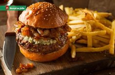 This bacon blue cheese burger with caramelized onions recipe teaches you how to make a flavorsome burger in a simple way. Gourmet Burgers, Burger Recipes, Hamburgers Gastronomiques, Caramelized Onions Recipe, Blue Cheese Burgers, Wrap Sandwiches, Sun Dried, Healthy Recipes, Stuffed Peppers