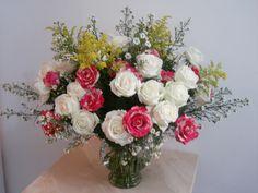 59- Lindo vaso com rosas brancas e mescladas, Tango amarelo e Aster branco. 90x80