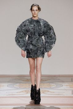 Iris van Herpen Parigi - Haute Couture Fall Winter - Shows - Vogue. 3d Fashion, Fashion Week, Couture Fashion, Fashion Show, Fashion Design, Larp Fashion, Vogue Fashion, Iris Van Herpen, Mode 3d