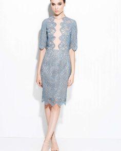 Платье-футляр с кружевом — Платья