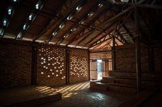 Centro comunitário em Uganda construído com materiais simples e ecológicos