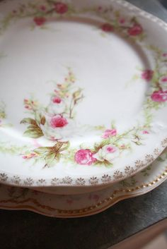 pink roses on a scalloped, vintage plate. Antique Dishes, Vintage Dishes, Antique China, Vintage China, Decoration Chic, Shabby Chic Decor, Look Vintage, Vintage Tea, Shabby Vintage