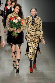 Vivienne Westwood巴黎時裝周謝幕 龐克教母理光頭示人