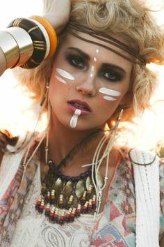 maquillage indien femme, femme blonde aux cheveu courtsn bracelets massifs