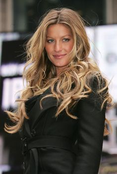 Gisele's much coveted, never truly imitated beachy curls. She single-handedly started the balyage/ombré trend -P. Gisele's much coveted, never truly imitated beachy curls. She single-handedly started the balyage/ombré trend -P. Gisele Hair, Gisele Bundchen, Beauté Blonde, Blonde Tips, Celebrity Hair Colors, Corte Y Color, Red Hair Color, Great Hair, Celebrity Hairstyles