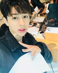 The best taking selca on iKON of course 💕💕😍😍 Korean Bands, South Korean Boy Band, Mix And Match Ikon, Ikon Songs, Name Songs, Ikon Member, Vocal Lessons, Jay Song, Ikon Debut