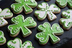Traditional Irish desserts, shamrock cupcakes and more St. Irish Cookies, St Patrick's Day Cookies, Iced Cookies, Cupcake Cookies, Sugar Cookies, Cupcakes, Cookie Icing, Royal Icing Cookies, Cookie Bars