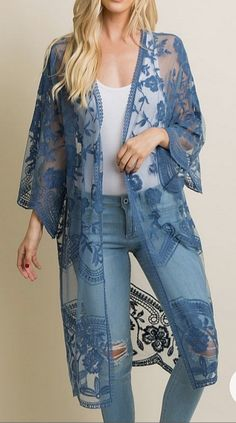 A solid hued long kimono featuring a scalloped lace mesh material, open front, and short sleeves. This style was created to be worn before, during, and after pregnancy. Mode Abaya, Mode Hijab, Lace Cardigan Outfit, Kimono Fashion, Fashion Dresses, Tokyo Fashion, Mode Bcbg, Mode Kimono, Elisa Cavaletti