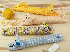 Sewing Fabric desktop pets wrist rest sewing pattern, new from straight stitch society - These little guys made from the Straight Stitch Society Desktop Pets Wrist Rest sewing pattern will keep you company during the work day. Fabric Crafts, Sewing Crafts, Sewing Projects, Sewing Hacks, Sewing Tutorials, Door Draught Stopper, Draft Stopper, Sewing Patterns For Kids, Pattern Sewing