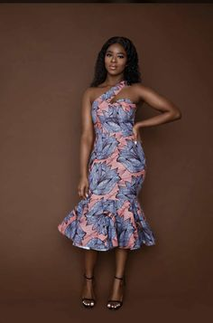 DIY The Most Promising Spaghetti Straps Dresses Article Body: The style of neckline holds the dress African Attire, African Wear, African Fashion Dresses, African Dress, Ankara Fashion, African Style, Mode Wax, African Wedding Dress, Africa Fashion
