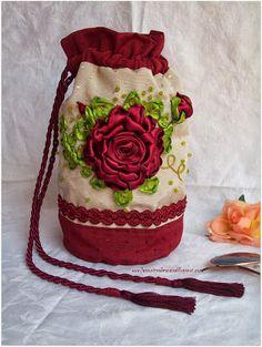 El taller de Anaisa: Bolsito bordado en cintas de seda Diy Ribbon, Ribbon Work, Ribbon Crafts, Silk Ribbon Embroidery, Gift Bags, Needlework, Projects To Try, Stitch, Purses