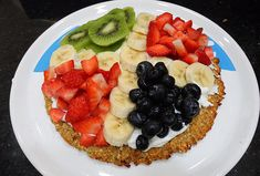 De fruitpizza is een aanrader voor een gezond en vullend ontbijt. De fruitpizza bestaat uit gezonde ingrediënten en is makkelijk te maken. Inclusief recept.