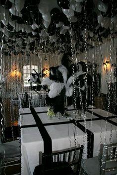 Crea una decoración única y llamativa para tu próxima fiesta pegando globos directamente en el techo. Utiliza cinta adhesiva para pegar ca...