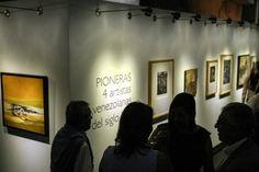 """El salón de """"pioneras"""" exhibe oleos, serigrafías, acrílicos, agua tintas, ensamblajes, acuarelas y otras modalidades de realización que conjugan elementos como piedras, hierro, tela o plástico para resultados que datan desde la década de los cincuenta hasta los más recientes de 1990.</p>"""