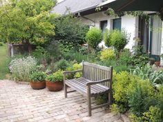 Dieses ruhige Plätzchen befindet sich im Bauerngarten Parbus. Patio, Outdoor Decor, Home Decor, Farmhouse Garden, Terrace, Interior Design, Home Interiors, Decoration Home, Interior Decorating