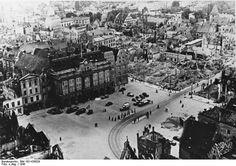 http://www.app-in-die-geschichte.de/document/64207 Zentralbild/IML Rostock 1945 Marktplatz mit Rathaus.