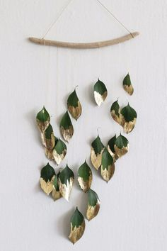 Christmas DIY decor idea Ditch the tinsel and add some natural shine to your holiday decor with this minimalist gold-leaf wall hanging. Ditch the tinsel and add some natural shine to your holiday decor with this minimalist gold-leaf wall hanging. Diy Wand, Mur Diy, Deco Nature, Nature Decor, Nature Crafts, Navidad Diy, Ideias Diy, Deco Floral, Diy Weihnachten