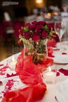 http://www.lemienozze.it/operatori-matrimonio/wedding_planner/agenzia-wedding-planner-frosinone/media/foto/17 Mise en place con rose rosse, tessuti e petali.