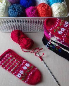 Fotoğraf açıklaması yok. Baby Knitting Patterns, Workshop, Knitted Hats, Diy And Crafts, Sunglasses Case, Socks, Fendi, Instagram, Fashion