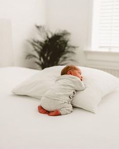 newborn photoshoot at home ; newborn photoshoot with parents ; newborn photoshoot with siblings ; Newborn Baby Photos, Newborn Shoot, Newborn Baby Photography, Newborn Pictures, Baby Newborn, Children Photography, Photography Ideas, Baby Feet Photos, Sweet Baby Photos