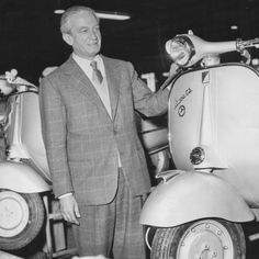 Enrico Piaggio in una fabbrica tedesca, nel 1956