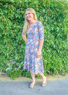 Eerbare kleding. Eng. Modest clothing. Fr. Vêtement modeste. Du. Bescheidene Kleidung. Sp. ropa modesta. Savannah Dress-Blue Floral Boutique: EDYN Clothing