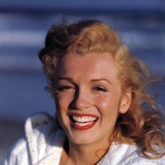 André de Diénes: Marilyn Monroe at Tobay Beach, Long Island in the Summer of 1949 Marylin Monroe, Young Marilyn Monroe, Marilyn Monroe Photos, Long Island, Stars D'hollywood, Tumblr, Norma Jeane, Classic Beauty, Iconic Beauty