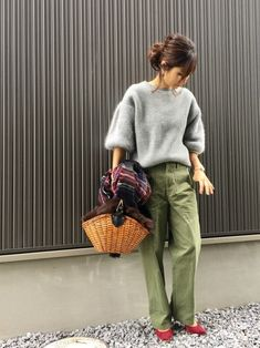 What To Wear With Green Pants: 32 Casual And Business Looks Mint Pants Outfit, Colored Pants Outfits, Pantalon Vert Olive, Olive Skinny Jeans, Effortlessly Chic Outfits, Fall Outfits, Fashion Outfits, Fashion Fashion, Stylish Clothes For Women