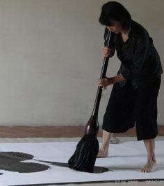 La plasticienne Hiroko Nakajima était l'hôte de l'atelier d'Yves Muller, à Avignon, dans le cadre d'une résidence croisée. Le dimanche 27 mai elle a réalisé deux œuvres en présence du public, Les œuvres réalisées durant cette résidence étaient exposées...