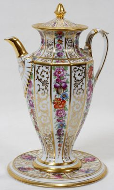 """111201: Porcelana de Meissen CAFETERA Y STAND: Lote 111201 (A.S. """"I don't know if this is actually a chocolate pot, but I would use it for that purpose)."""